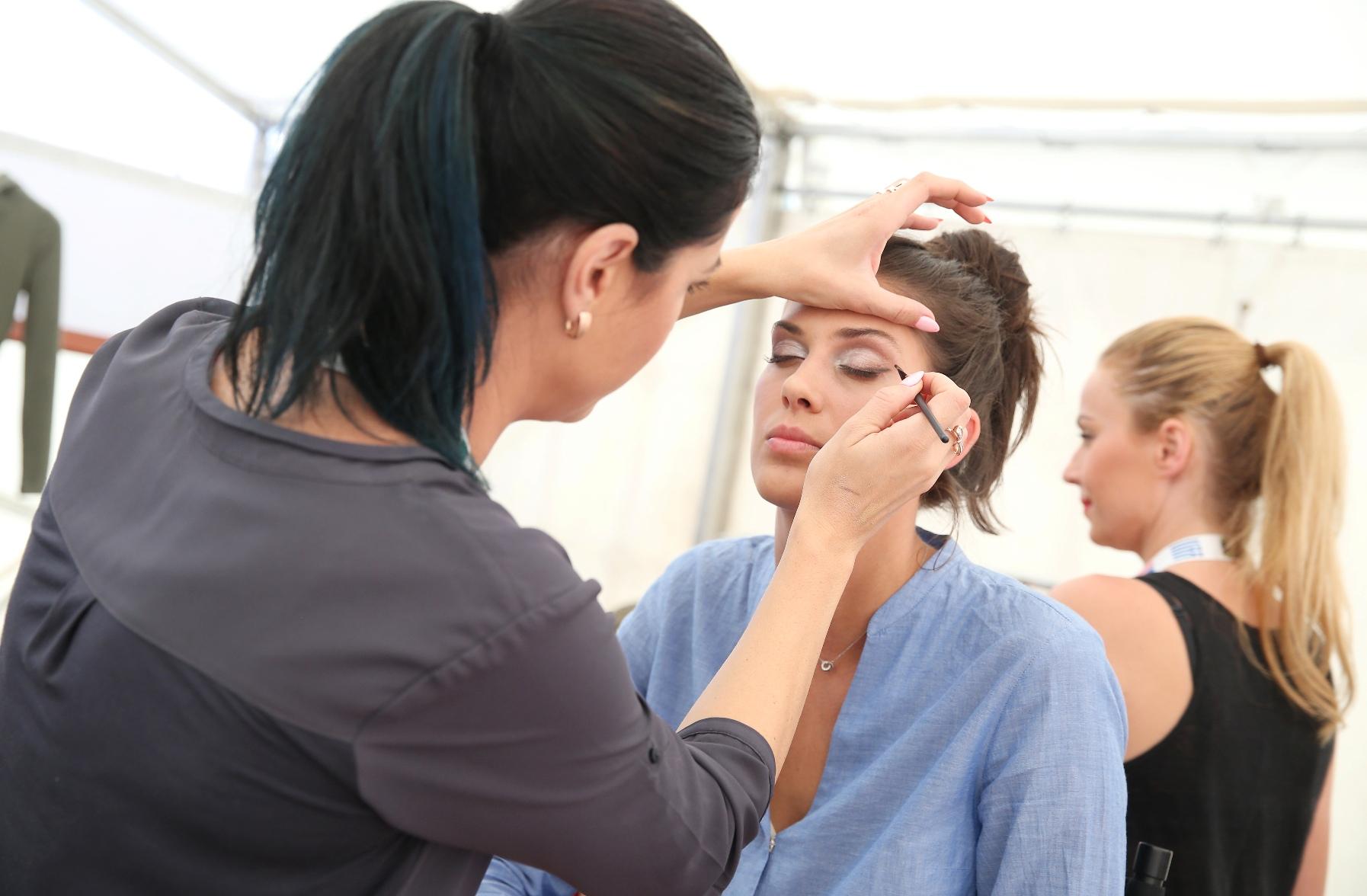 Aneta Vignerová během příprav na módní přehlídku