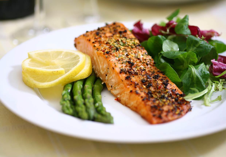 Češi si během obědové přestávky stěžují na rychlost obsluhy a nekvalitní jídlo
