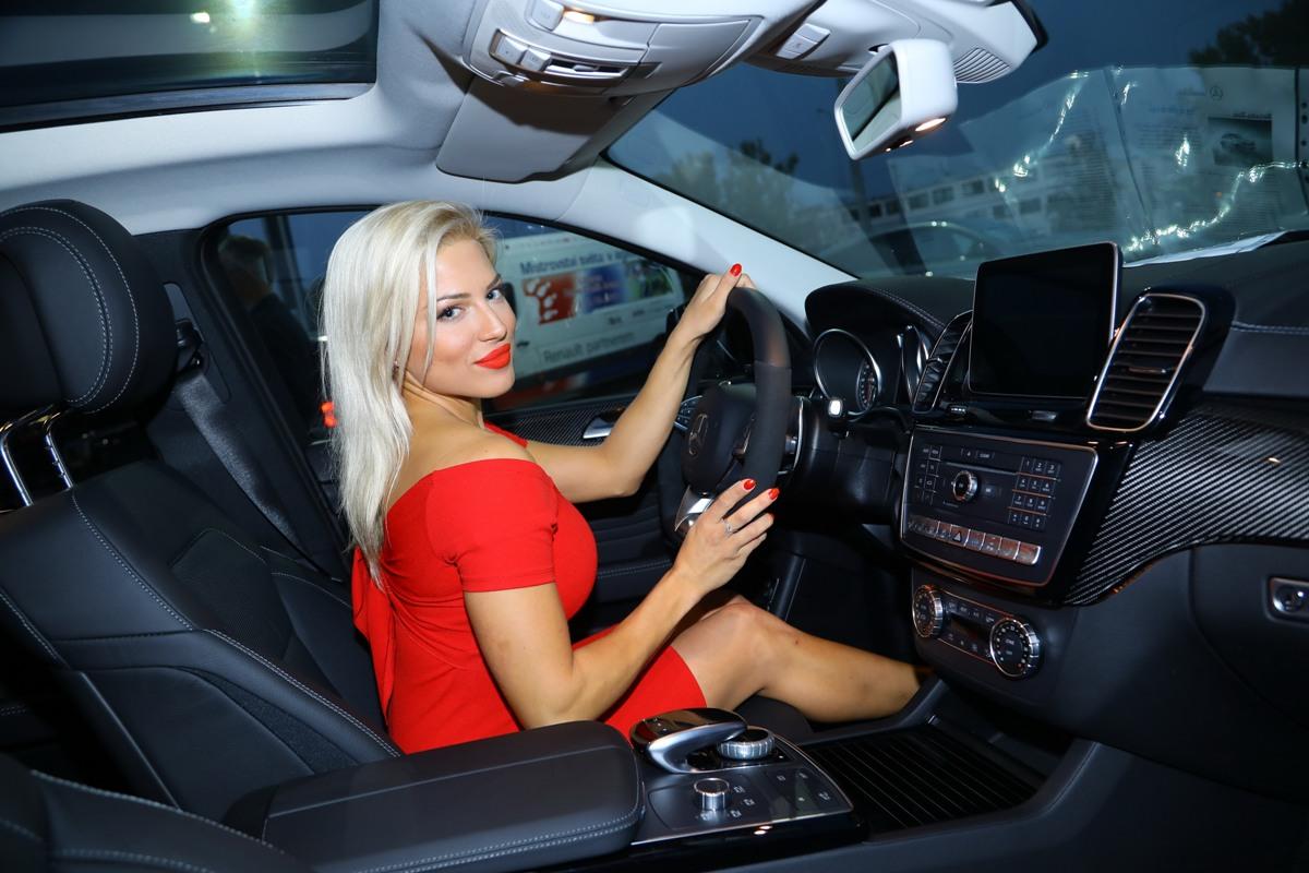 Ze společnosti / Eva Perkausová miluje sportovní auta i rychlou jízdu