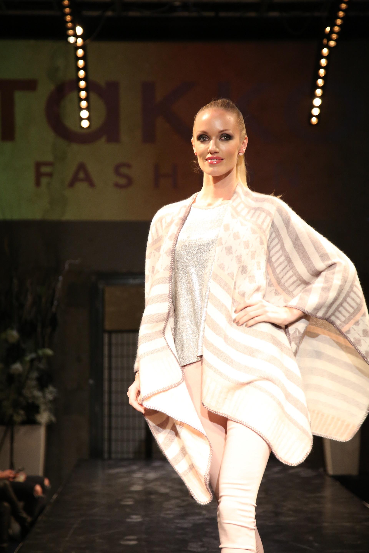 Finalistka Miss CR 2008 Kateřina Šonkova vynesla model v pastelové růžové