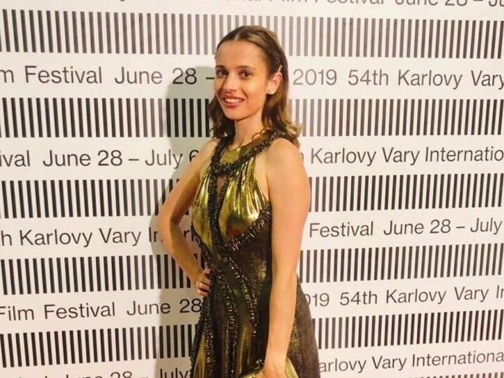 Lívia Bielovič vynesla na karlovarském festivalu šaty od návrhářky Jenny Jeshko