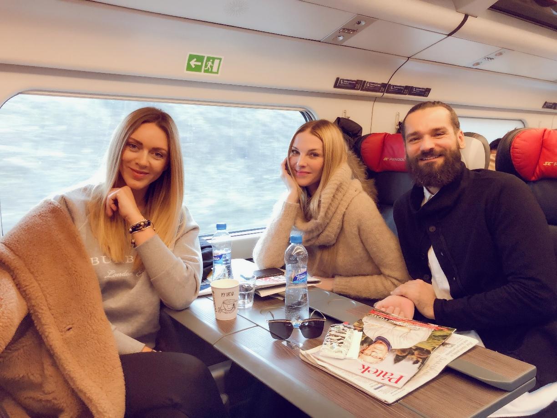 Ze společnosti / Pavlína Němcová ve vlaku